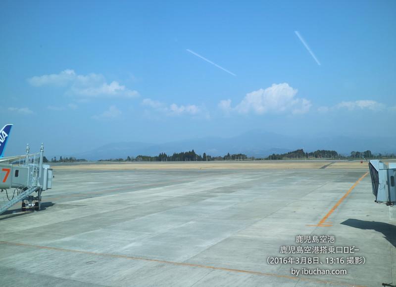 鹿児島空港搭乗口ロビーから霧島連山を望む